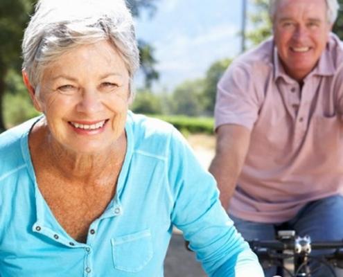 giovani anziani in bicicletta